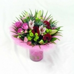 Hand-tied gift bouquet in glass vase (complete)